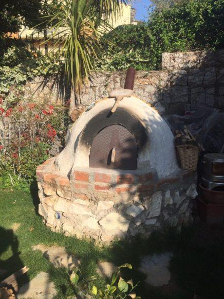 Bir iç mimar olan Müge Hanım fırını tuğla ve seramikten kendisi imâl etmiş. Ekmekler odun ateşinde pişiyor.