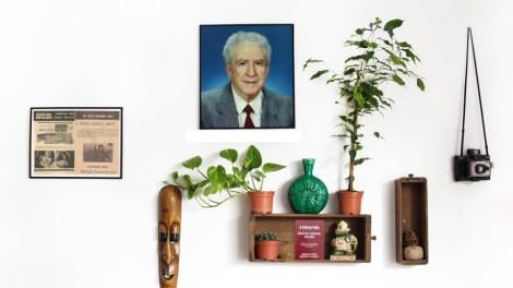 Naci Limasollu'nun bir portre fotoğrafı, gazetelerle ücretsiz dağıtılan bir İngilizce öğretim kitabı ve 1990'larda yayımlanan haber kupürleri bu kolajda görülüyor.