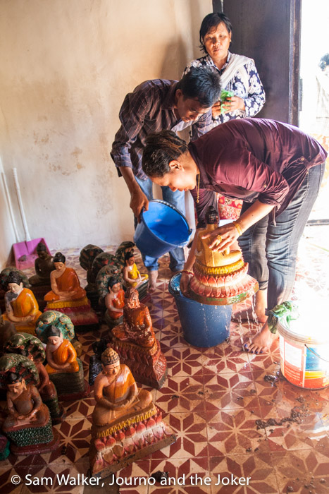 Washing buddhas