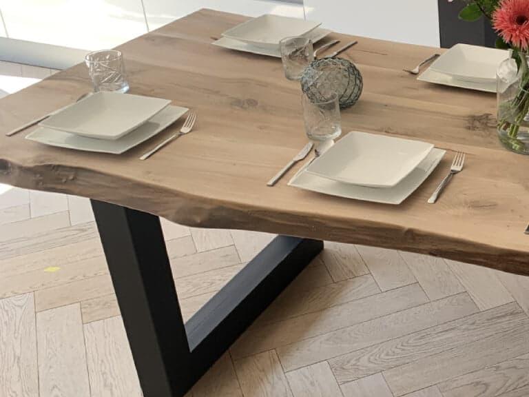 Walnoten tafel met boomstamkant en u poot detailfoto
