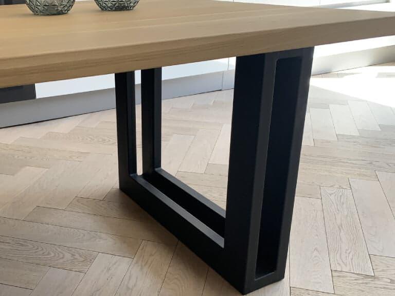 Eiken tafel met rechte kant en dubbele u poot