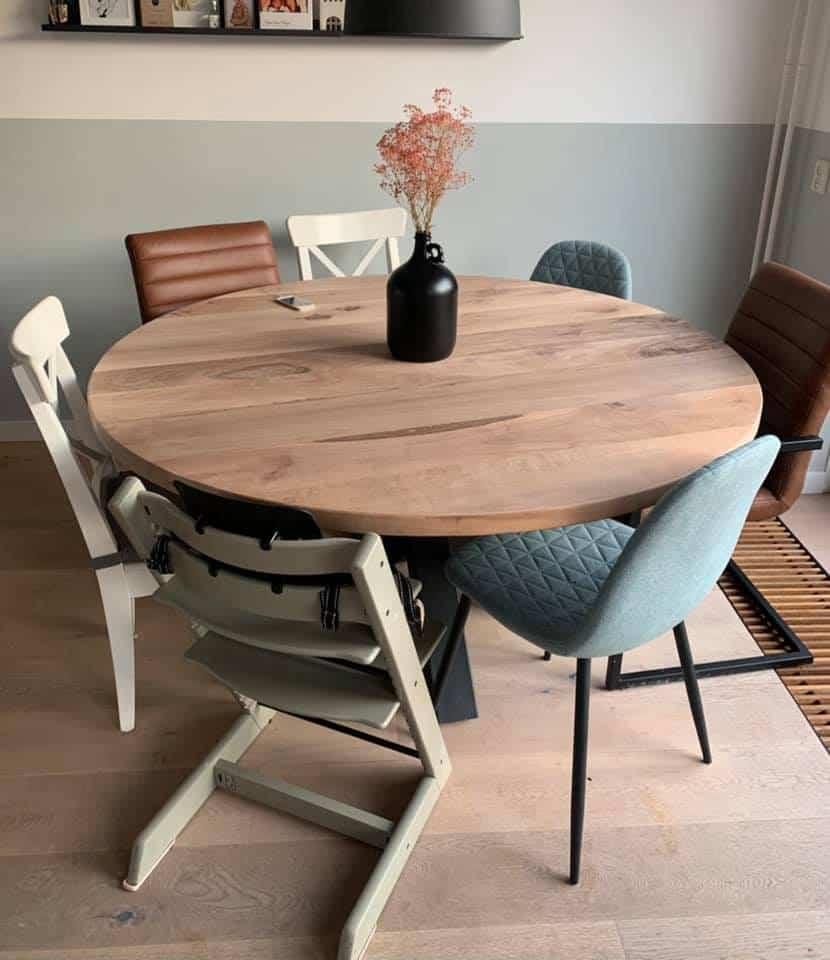 Walnoten ronde tafel – zwarte stoere spinpoot