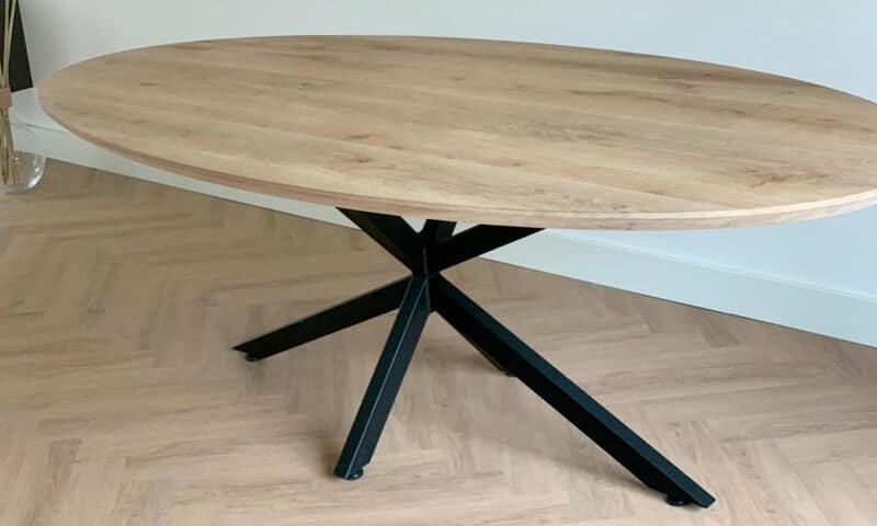 Ovale eiken tafel – zwarte elegante spinpoot
