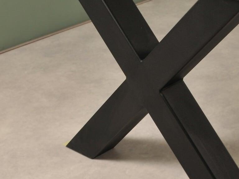 Detail foto zwarte X poot stoer