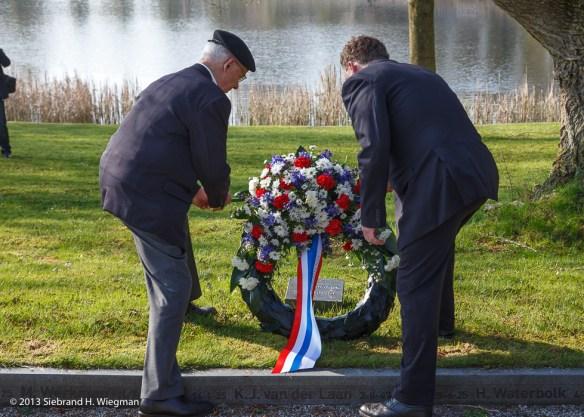 kransen en bloemen gedenkstenen en monumenten-2657