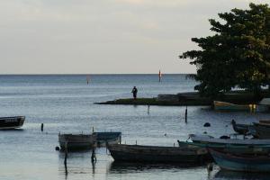 Pescador en la Caída de la Tarde en las Costas de Playa Larga