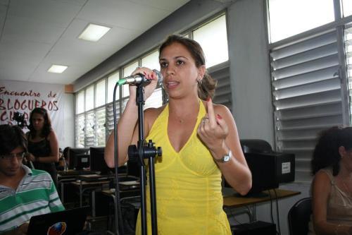 La joven Daneysi Granado Rodríguez, del Blog Posicionamiento Web2, el mensaje del dedo no se para que era.