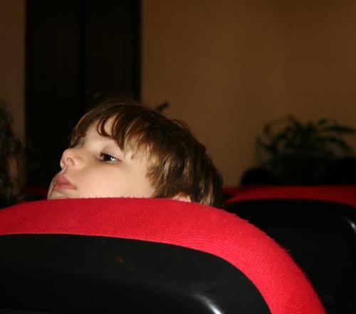 La curiosidad de un niño en la presentación de un libro en la feria de la Habana