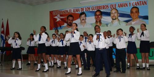 niños en un coro cantando por la libertad de los cinco