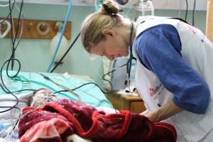 Personal de Médicos Sin Fronteras atiende a un niño palestino herido por la bombas de Israel en el hospital de Al Shifa. Foto: Samantha Maurin (MSF)