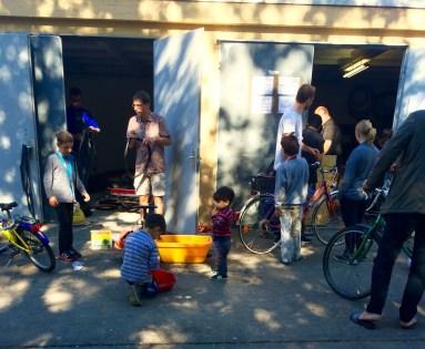 niños refugiados juegan en Berlín