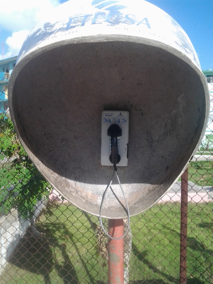 """El """"teléfono del parque"""" es la único teléfono público del pueblo y rompe son bastante frecuencia. Los otros son de """"400 minutos"""" duran aproximadamente 15 días, luego """"se quedan sin minutos""""."""