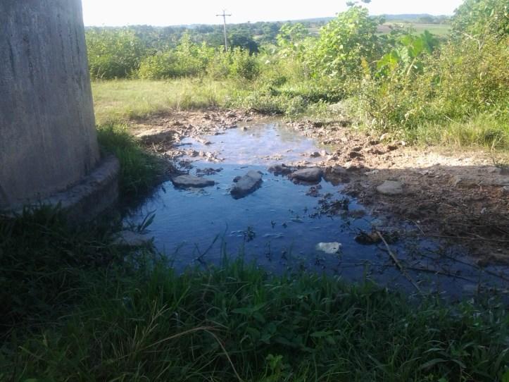 """El salidero del """"Tanque del agua"""" se resiste a la extinción derramando constantemente una valiosa cantidad de agua."""