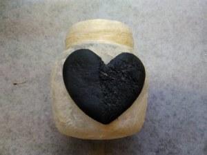 Lasipurkki, joka on koristeltu Jovi-paperimassata tehdyllä sydämellä ja JOVI akryylilakalla kiinitetyillä paperisuikaleilla