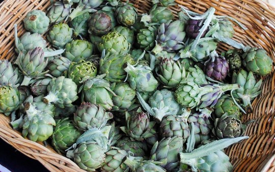baby-artichokes-at-market