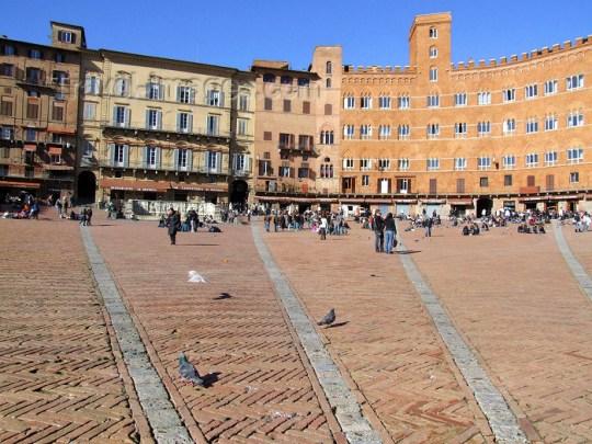 Italy / Italia - Siena (Toscany / Toscana) / FLR : on Piazza del Campo - Palazzo Pubblico - Unesco world heritage site - photo by M.Bergsma