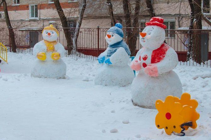 Интересные идеи, как украсить двор на Новый год 2021 9