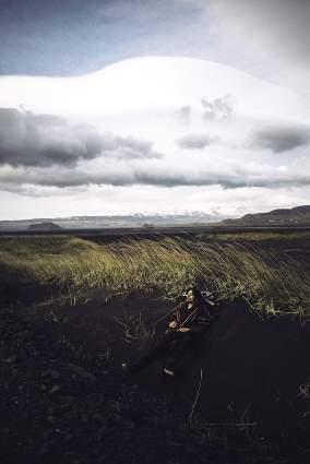 Repos bien mérité dans le sable noir Islandais