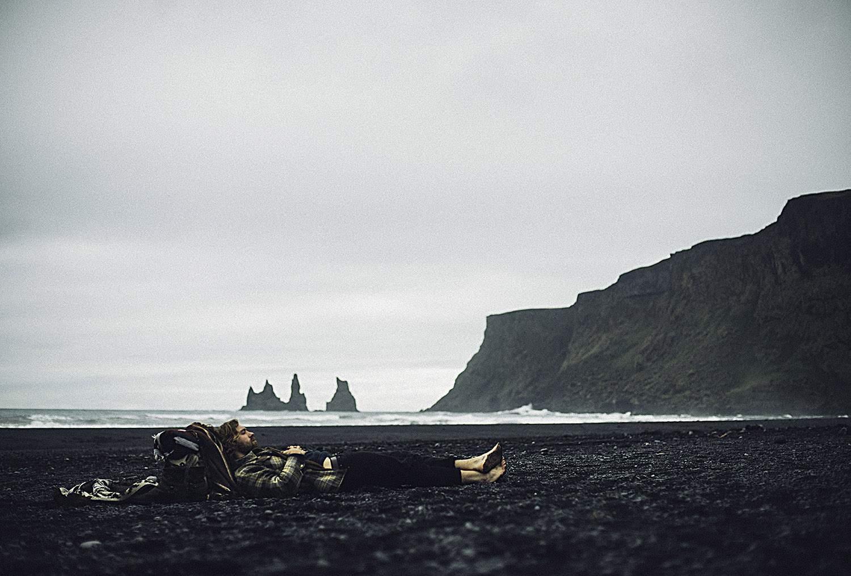 Repos sur les plages de sable noir en Islande