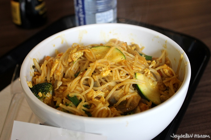 Chineese noddles, Bombay Curry and 5 vegetables
