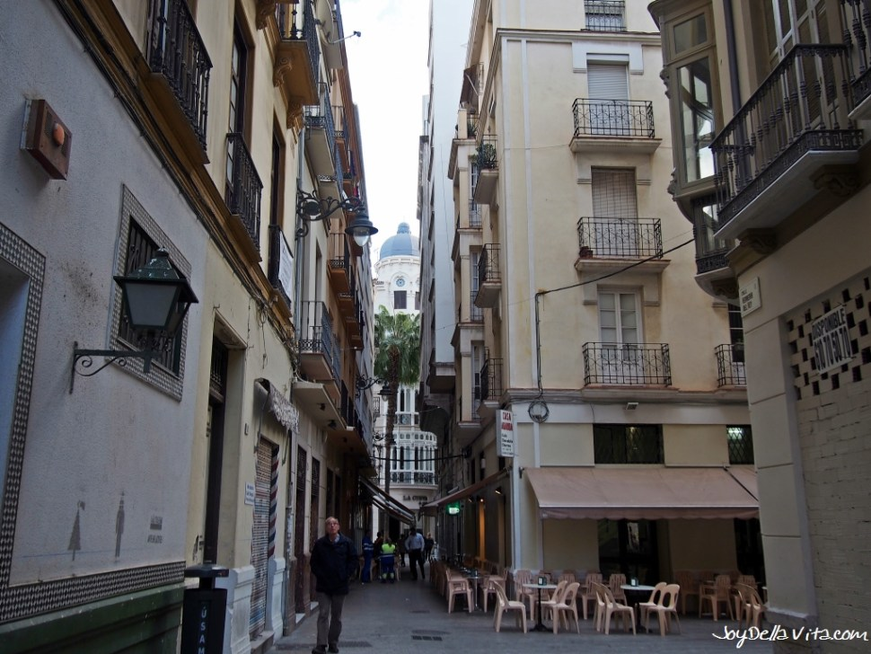 Churreria Casa Aranda is on the right, with the pink chairs