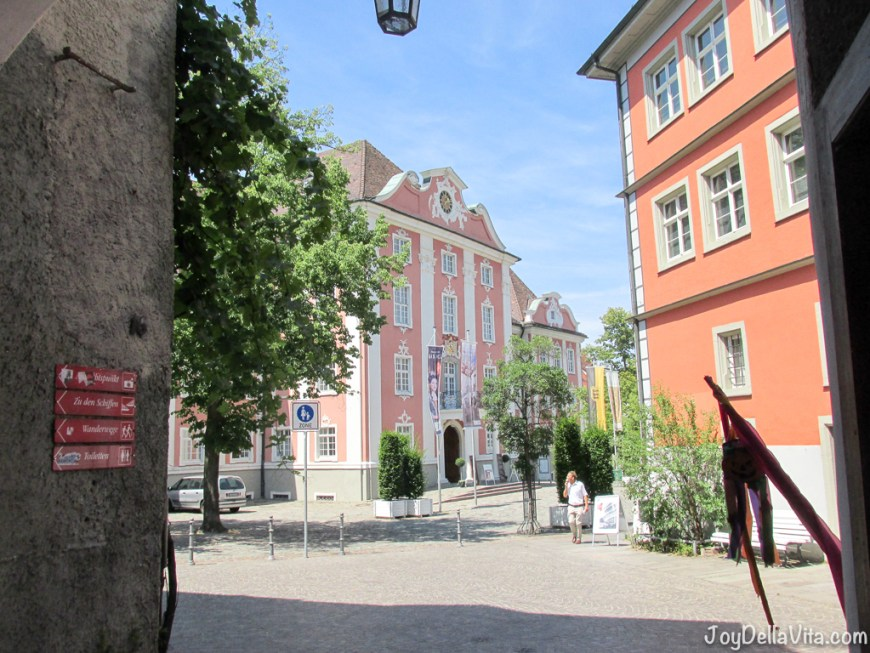 the pink house is the New Castle of Meersburg