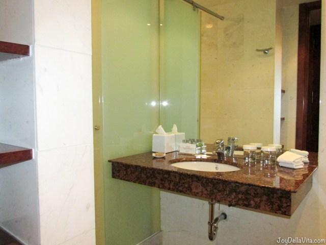 bathroom at Alexandra Barcelona Hotel Doubletree Hilton Travel Blog JoyDellaVita.com