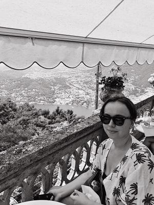Lisa joy della vita female travel blogger lake como italy