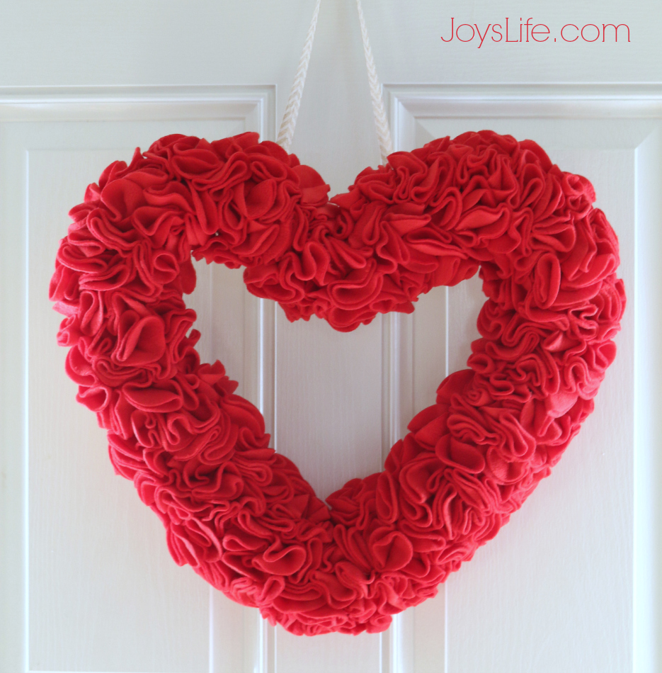 Polar Fleece Ruffled Heart Wreath for Valentine's Day #PolarFleece #ValentinesDay #RuffledWreath #Heart #Wreath #CutNBoss  #Sizzix
