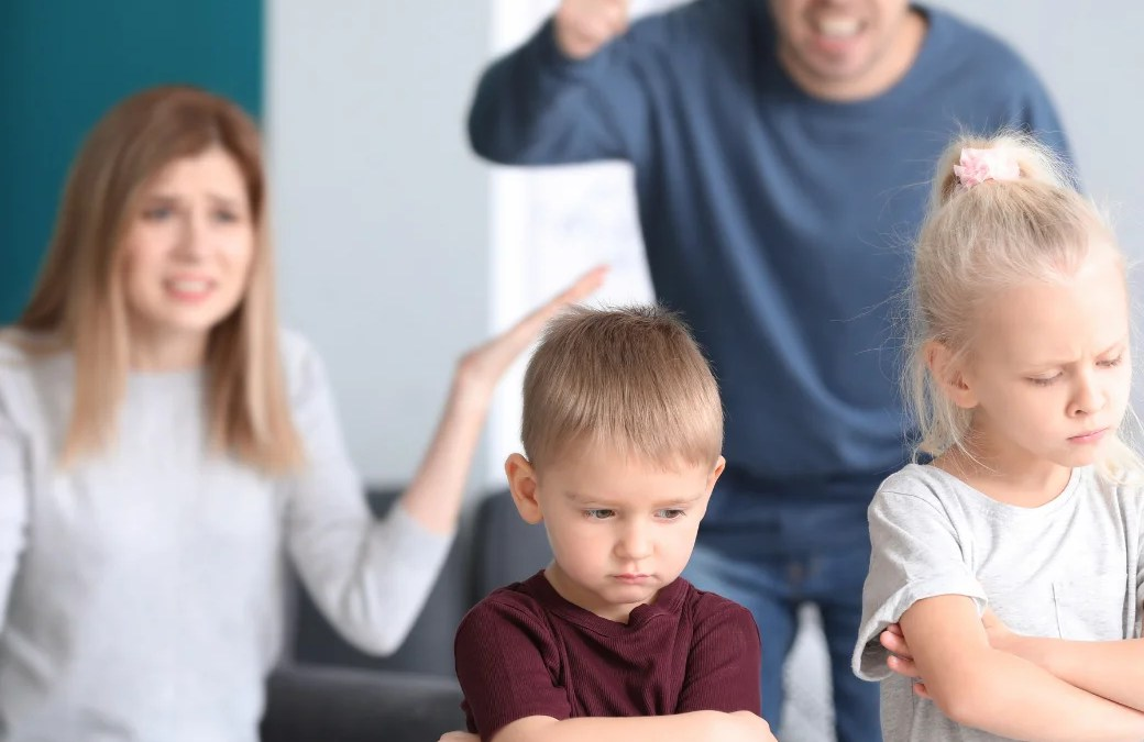 #教養迷思大破解——處理家人之間的管教不同調 爸媽該扮『黑臉』?還是『白臉』? 分享者:王晴 老師 當我聽到家長問我這些類似的問題時,我會反問:「身為父母的您,比較喜歡哪一種角色?如果有一方扮黑臉,另一方扮白臉,孩子又有什麼反應和態度?」結果他們就觀察到小孩喜歡白臉、討厭黑臉,因為白臉是他的同盟朋友,而黑臉就是討厭的敵人了! 夫妻之間也會因為扮演的角色而爭執不休:「這時候換你當黑臉,每次都是我在兇,現在孩子都和我不親近,還害怕與我溝通。」「白臉講話沒有權威,管不動小孩,根本無法約束他們!」「你和你爸媽都當好人,只有我這個媽媽當壞人在管,太不公平了!」 ……到頭來卻發現小孩善於察言觀色,喜歡趁虛而入,會尋找同盟作庇護而逃過一劫,況且大人沒有掌控好小孩的規範,獎勵或處罰的標準也老是變來變去,最後是我們自己作繭自縛而導致親子之間的兩敗俱傷! 因為大人的管教態度不一樣、標準又不同,也就是沒有做到『良好的掌控』,對於行為標準沒有『一致性』和『確定性』,有人唱黑臉,另一個人卻唱白臉,兩者根本沒有達到相同的共識。孩子不知道該聽誰的話,根本無所適從呀! 🚩如果家裡出現兩種制度,怎麼可能會有一個「自我控制力良好」的小孩呢? 曾經有一位母親問我一個問題,為什麼我的小孩無法控制好自己?時間掌控不好?自我規範也做不好? 我就問她一個問題,是否在你的家裡,大人對待小孩的教養方式有不一致的標準?結果她嚇了一跳,確實有大人管教不同調的狀況,她也很好奇我可以這麼精準的問出來。 🌟其實最關鍵的原因就是因為大人教小孩的標準沒有「一致性」和「確定性」。 她就說到有一次跟孩子約定好,考試前三名就獎勵吃某家餐廳的高級牛排,結果兒子考了第四名,老公很捨不得,就偷偷摸摸帶兒子去吃。孩子做錯事,她處罰是扣掉零用錢,但老公ㄧ轉身就塞錢給孩子。也說好感冒不能吃冰冷的食物,卻在女兒對老公撒嬌後,竟然可以買冰淇淋大吃特吃。 她認為老公真的是豬隊友,不幫忙就算了,還扯後腿或是搞破壞。 加上黑臉的角色不討喜,孩子排擠她和白臉自成一國,她心裡很不是滋味,也覺得自己努力教孩子的苦心卻不被重視,非常有挫敗感。 若是處在一個大家族或是三代同堂的家庭,您一定是心有戚戚焉,這種長輩與您不同調的困擾,有著「孤軍奮戰」的無奈與無力,造成教養孩子的困難重重,也產生許多歧見、爭執與不和,更是嚴重影響家庭的相處氣氛。我就看過有孩子面對家裡的四套標準,爸爸、媽媽、阿公、阿嬤完全有不一樣的意見,小孩每天都是在混亂中生活,沒有明確的行為準則可遵守。 我最常聽到很多媽媽在抱怨阿公阿嬤太疼孫子,以致於很難管教、不好約束,因為孩子在爺爺奶奶的護欄之下,容易尋找對他有利的靠山,避重就輕、享受特權。還會有「茍且偷生、心存僥倖」的敷衍心態,故意逃避自己該做的責任,這會造就一個『控制力不好且管不住的』的小孩! 有時候媽媽說「不可以」,但是爸爸卻說「沒關係」,當孩子看到大人的不一致和不確定,規矩竟然可以改過來、改過去,久而久之也就不把父母的話當作一回事,甚至大人突然隨著心情起伏而不斷更改,看爸媽的情緒來決定標準,這樣做只會讓小孩感到迷惑而不知所措。 🌟家裡只要出現黑臉和白臉,就只會讓人變得灰頭土臉! 例如:孩子貪玩導致功課做不完,爺爺奶奶幫忙代筆寫完。 還有的奶奶疼愛「金孫」多給哥哥紅包錢,而少給妹妹,造成不公平的偏差待遇。平日期間玩電腦是每天30分鐘,由於今天媽媽心情不美麗,就被取消玩樂的權益。也有爸爸工作累,回到家不想孩子吵,就破例讓孩子吃飯用手機。 以上作法都很不適當! 📌因為「掌控」包含確定性,也就是大人要訂出清清楚楚的原則,孩子才能明明白白的遵守。良好的掌控不會造成混亂,更不會讓孩子感到困惑或混淆不清。 📌也就是說,我們要訂好生活常規的遊戲規則,彼此雙方或全家人要有相同的立場,也用一樣的態度和標準去執行,並保持「前後一致」的原則。 📌在家裏約法三章,只有一個「共同家規」,不能有黑臉或白臉的兩種準則。大家要事先溝通好,「口徑一致」有同一種標準或作法,若是訂下規矩,就要確實要求,千萬不要「朝令夕改」,出爾反爾的換來換去。 🌟記住,您若是破壞規則,孩子也就輕視規則。 總而言之,期盼孩子能有良好的掌控,並有一致的行為,我們就要為他們營造「標準一致」的家。就讓我們開始把「豬隊友」變成「神隊友」囉! #更多育兒知識盡在王晴老師的 【親子教養急救包:讓父母開竅的黃金8堂課】線上音頻課程 有詳盡的解決方法,讓你可以治標治本,真正愛孩子並且給予最棒的教育。 現在你只需要一邊吃飯一邊聽課,甚至是坐車、等車時都可以聆聽這個超值的課程!你還等什麼?速速手刀報名吧! 👉👉👉課程報名連結:https://wp.me/PaIpp1-gci