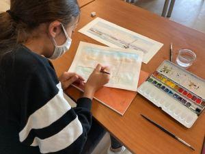 Agathe et sa réalisation d'une aquarelle en atelier avec JP - JP-artiste;com
