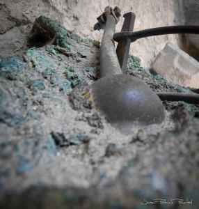 Le battant de la cloche entièrement soudé à l'ensemble du bronze fondu de la cloche.