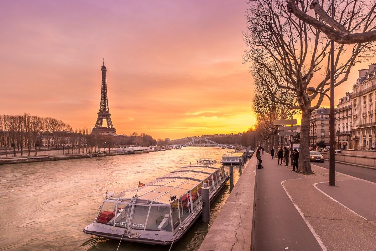 パリを流れる美しいセーヌ川とエッフェル塔