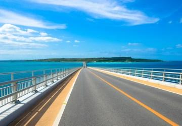 日本国内旅行:沖縄の海が見える道路