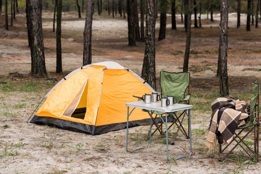 キャンプ・テントとテーブルセット