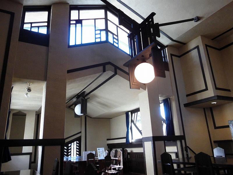 特徴的な窓と、独特のデザインの照明