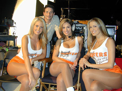 Hooters_whit_1_1