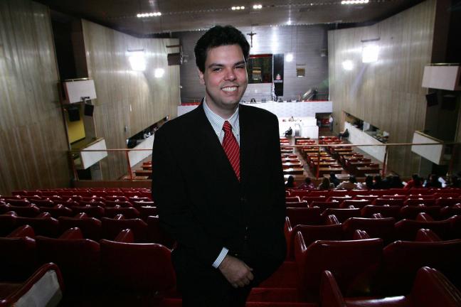 De terno, Bruno Covas ainda jovem, com cabelo volumoso preto, posa para foto na Alesp