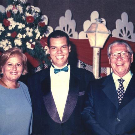 Bruno Covas em sua formatura em 1995 ao lado dos avôs