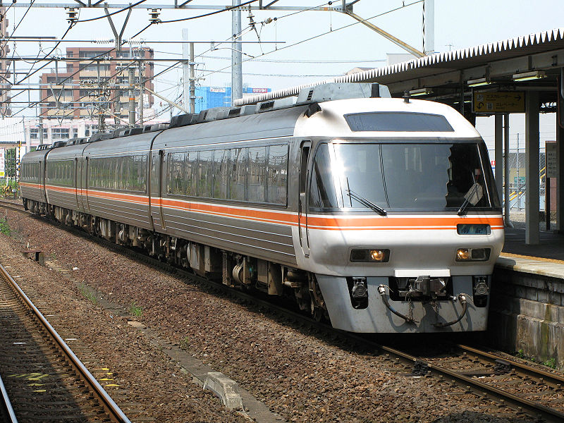 Wide View Nanki at Kuwana station (C)800px-JRC_Kiha85_Series01 / User:Kansai explorer