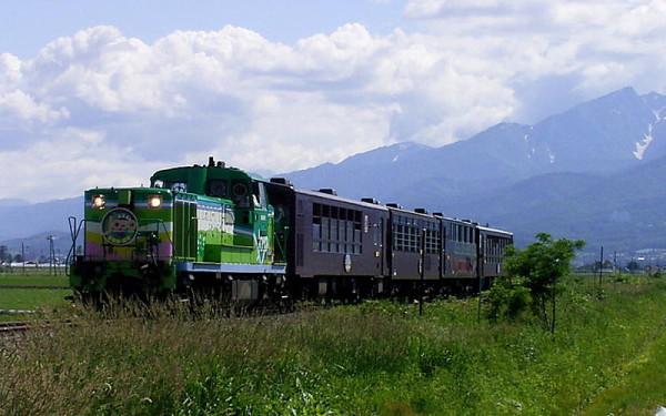Furano Biei Norokko train goes on Furano line. (C) 800px-Norokkogou-furano-biei / Birdman