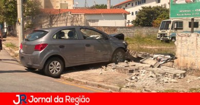 Carro derruba muro na rua do Retiro