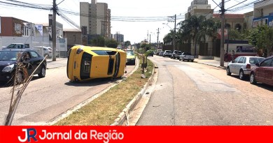 Carro tomba no Parque Eloy Chaves