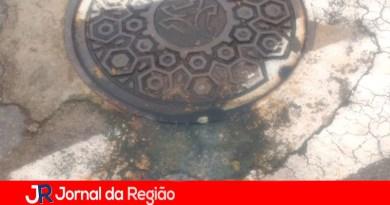 Leitora reclama de vazamento de esgoto em tampão da Vivo
