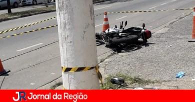 Motociclista morre em colisão contra poste