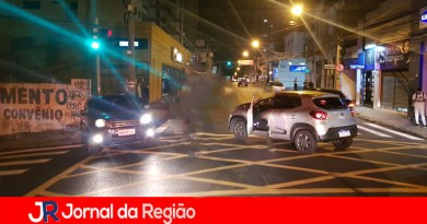 Carros batem em cruzamento no Centro de Jundiaí