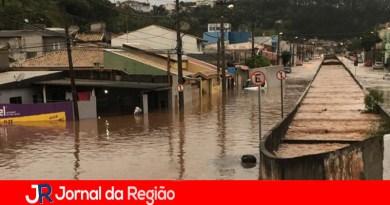 Tromba d'água provoca alagamentos em Várzea Paulista