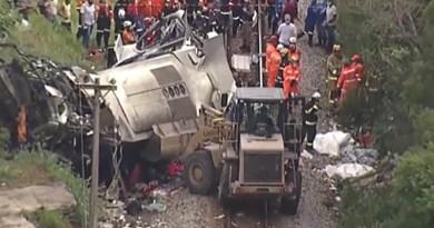 Ônibus cai de viaduto em MG e deixa 16 mortos