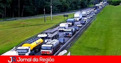 Tombamento de caminhão interdita a Rodovia Dom Pedro
