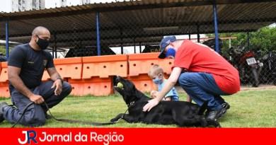 Irmãos visitam o Canil da Guarda e vibram com cães adestrados